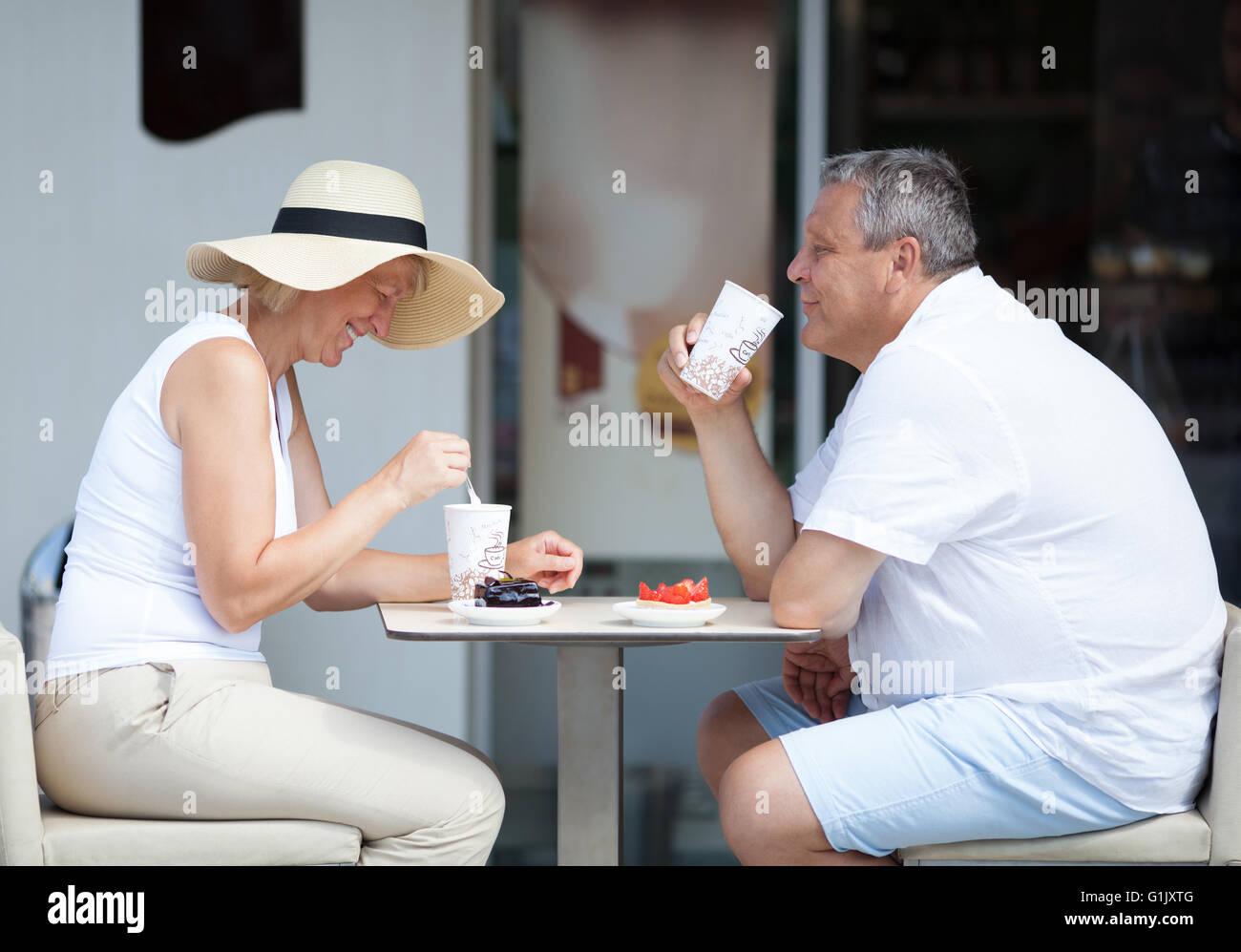 Paar genießt Kaffee und Desserts auf Cafe-Terrasse Stockfoto