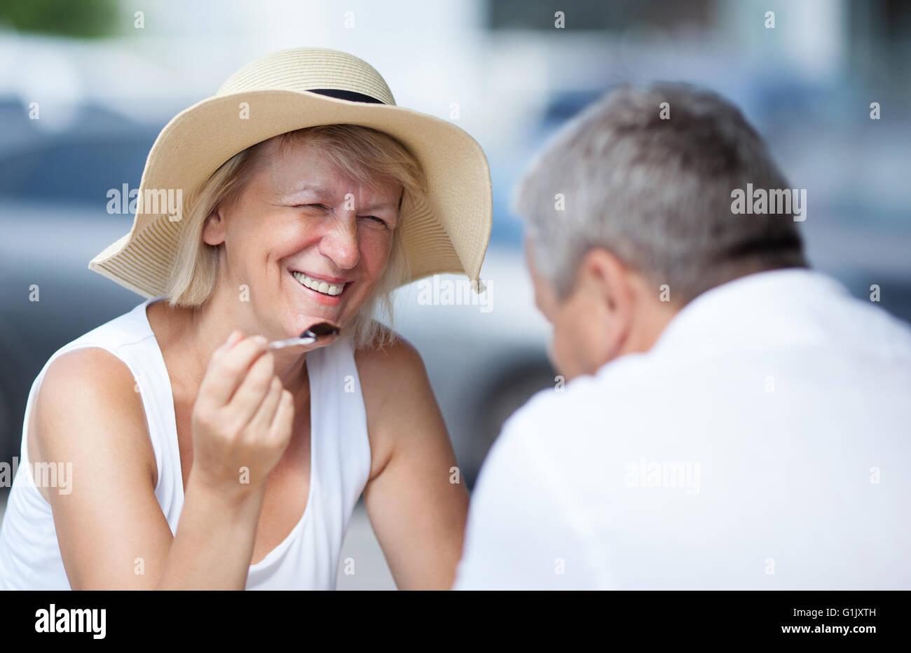 Lächelnde entspannte glücklich Frau mit ihrem Ehemann Stockbild