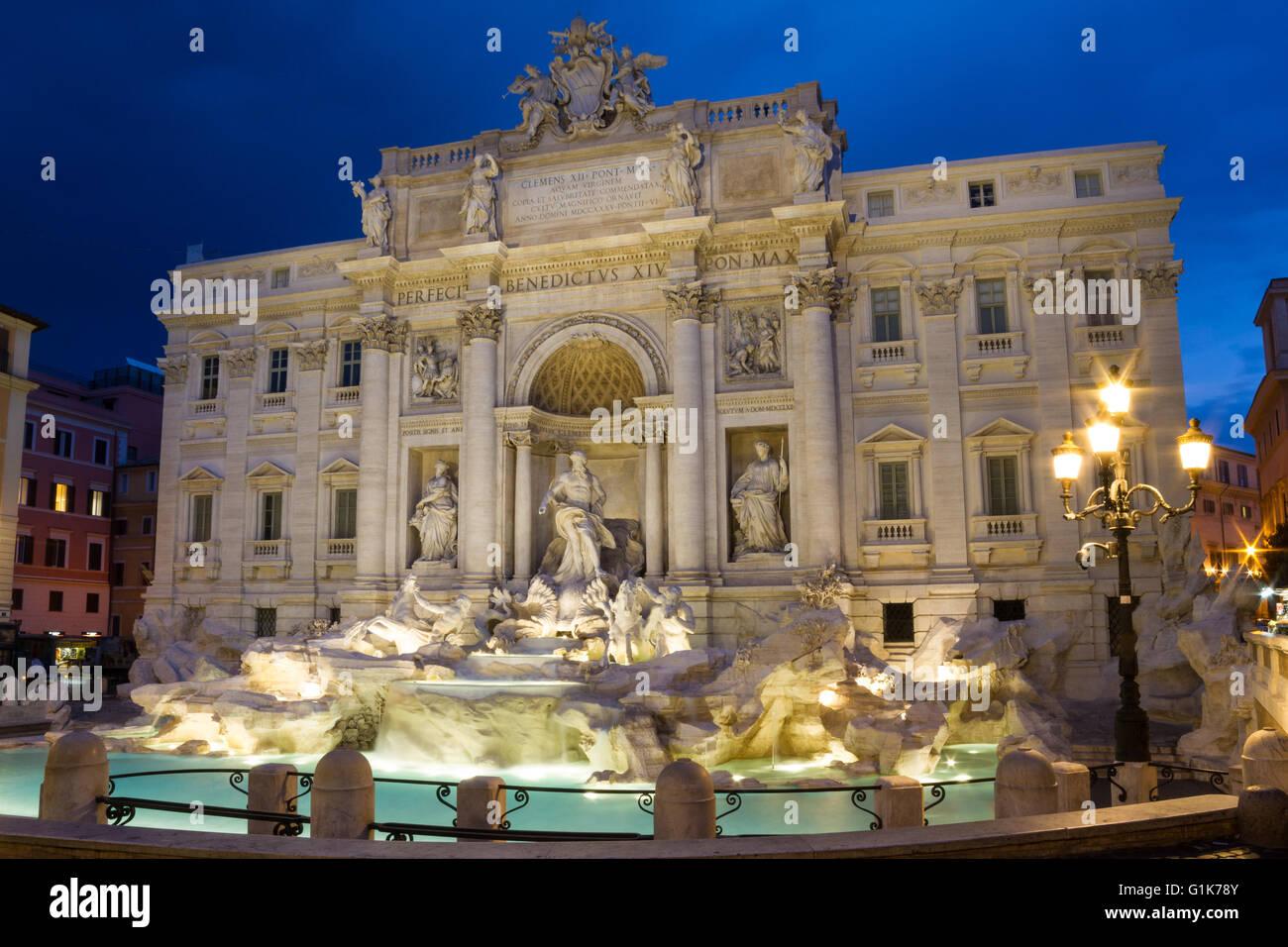 Trevi-Brunnen in der Dämmerung, Rom, Italien Stockbild