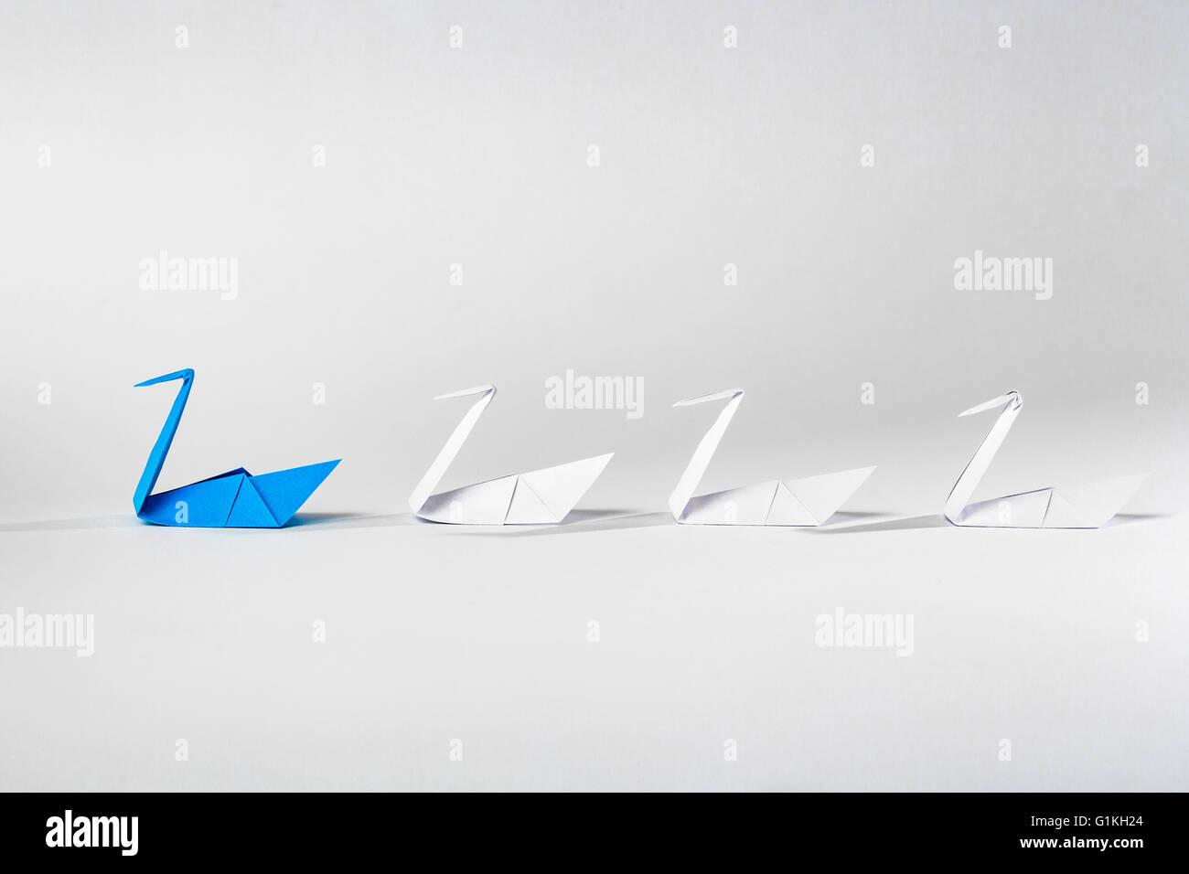Führung-Konzept mit Origami Papier Vogel unter weißen führt. Stockbild