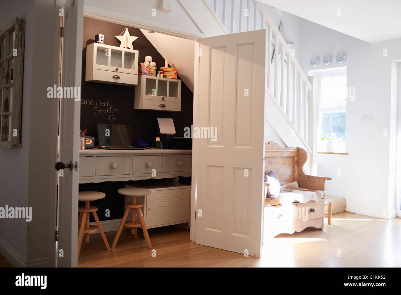 Unter Treppen Home Office In zeitgenössische Familie Haus Stockfoto ...