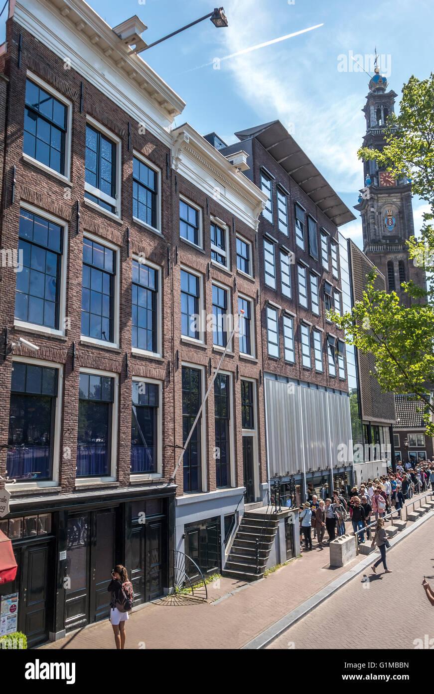 Anne-Frank-Haus und Anne Frank Museum und Eingang mit Touristen in Linien. Amsterdamer Prinsengracht Kanal im Frühjahr. Stockbild