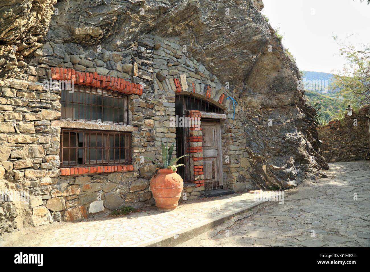 Ein Haus Aus Stein In Eine Felswand Gebaut, Monterosso Al Mare, Cinque  Terre, Ligurien, Italien