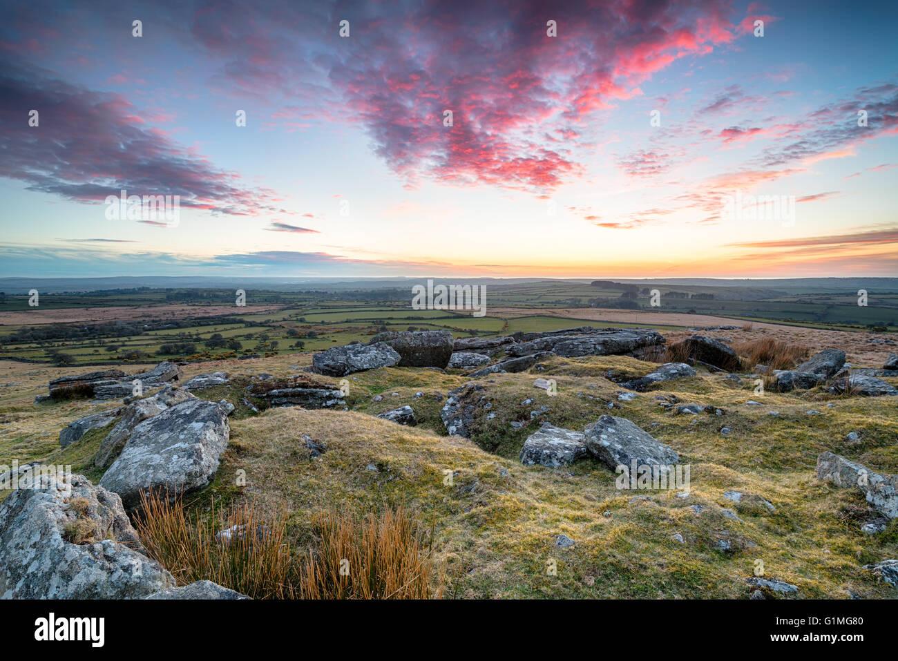 Atemberaubende dramatischen Sonnenuntergang über Bodmin Moor von der Spitze des Alex Tor in Cornwall Stockbild