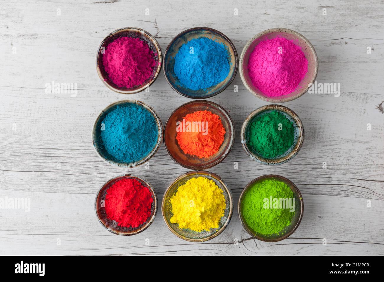 Farbenfrohe holi pulver in tassen auf wei em rustikalen for Indischer holztisch