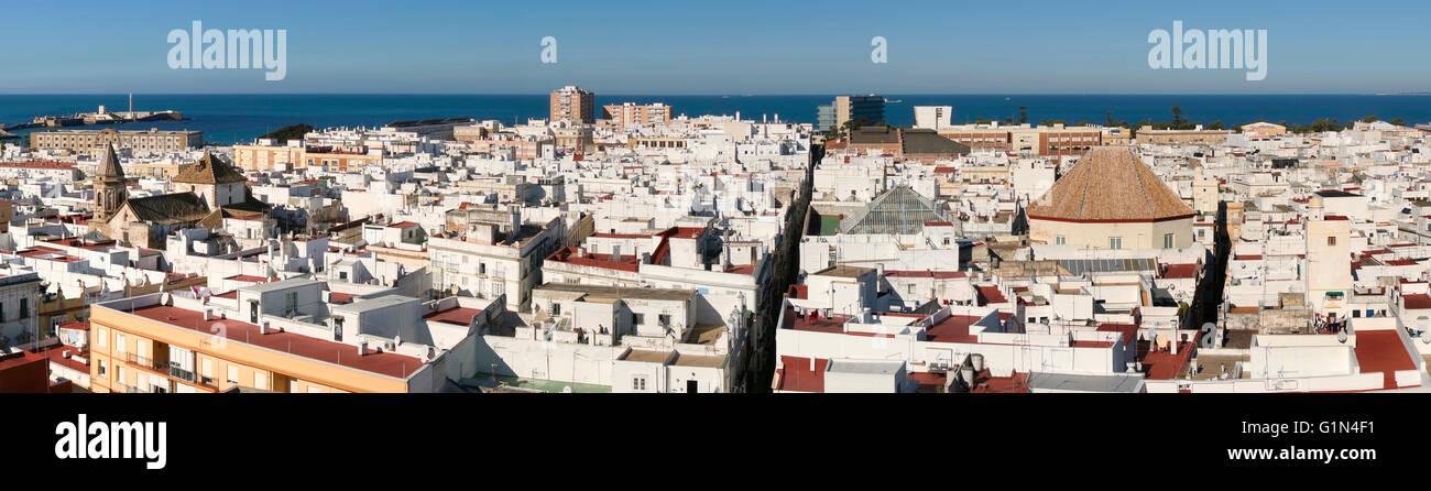 Cadiz, Costa De La Luz, Provinz Cadiz, Andalusien, Südspanien. Panoramablick auf die Altstadt von der Torre Stockbild