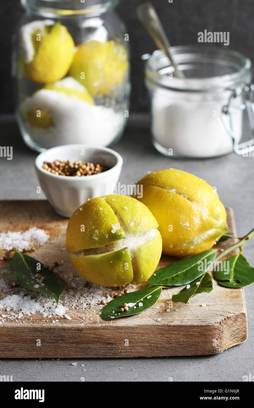Konservierte Zitronen vorbereiten Stockbild