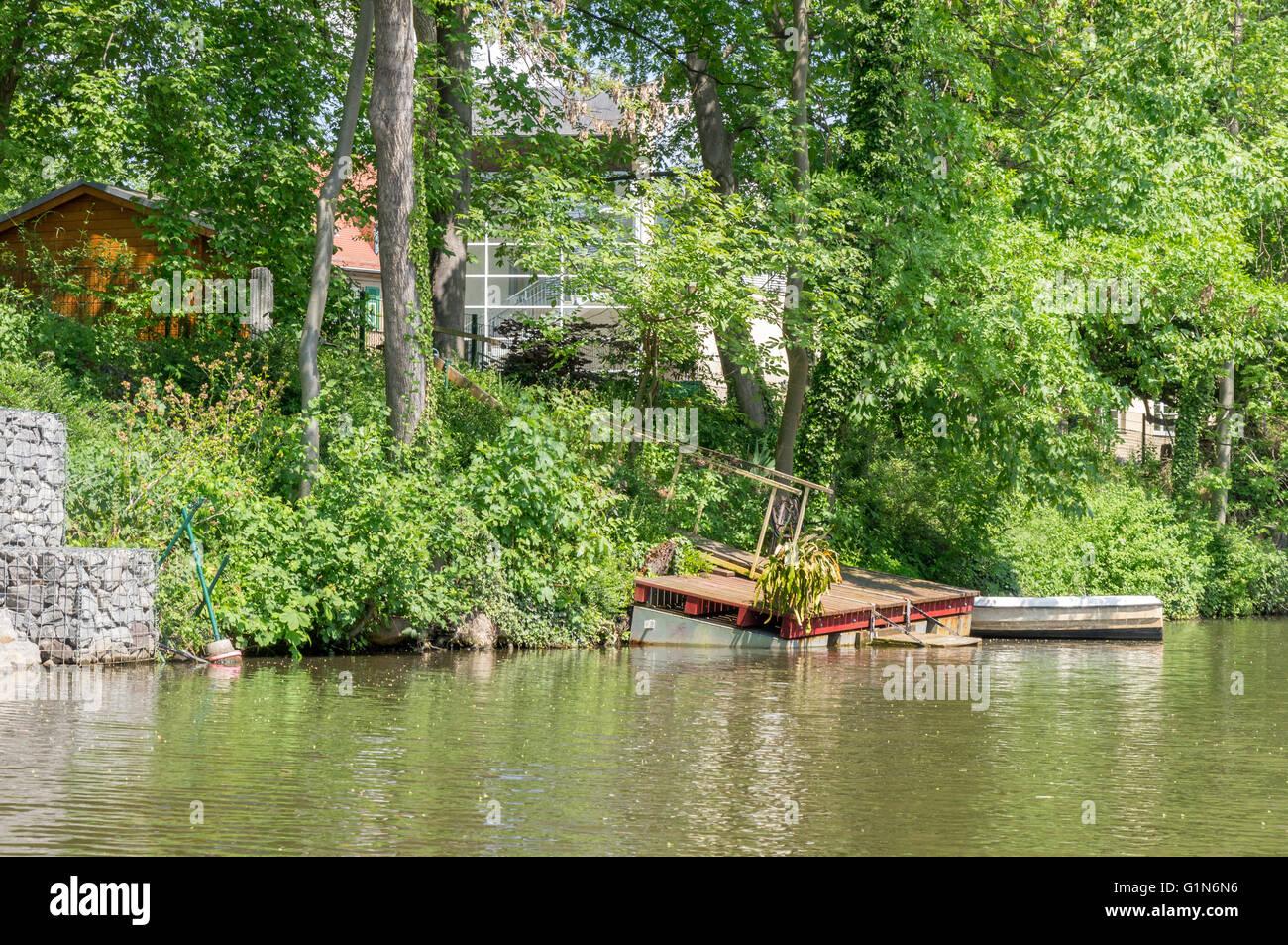 Fluss In Leipzig gebrochene pier am fluss weiße elster in leipzig stockfoto bild