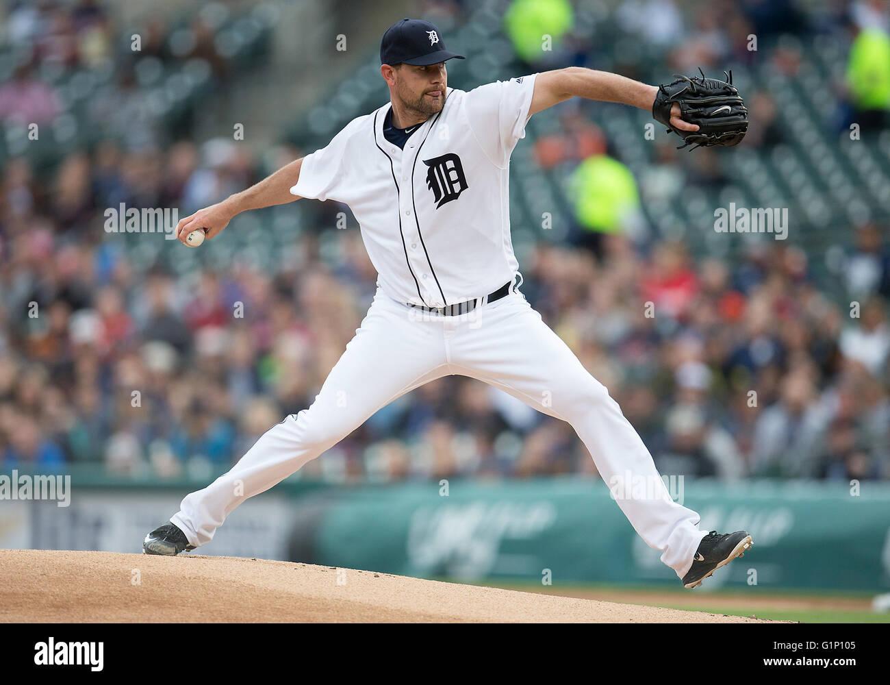 Detroit, Michigan, USA. 17. Mai 2016. Detroit Tigers Krug Mike Pelfrey (37) liefert Tonhöhe während MLB Stockbild