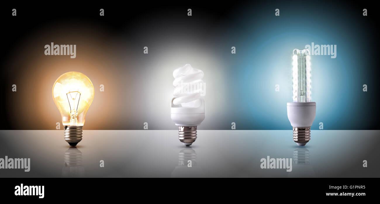 Vergleich zwischen verschiedenen Arten der Glühbirne auf schwarzem Hintergrund. Horizontale Komposition. Vorderansicht Stockbild