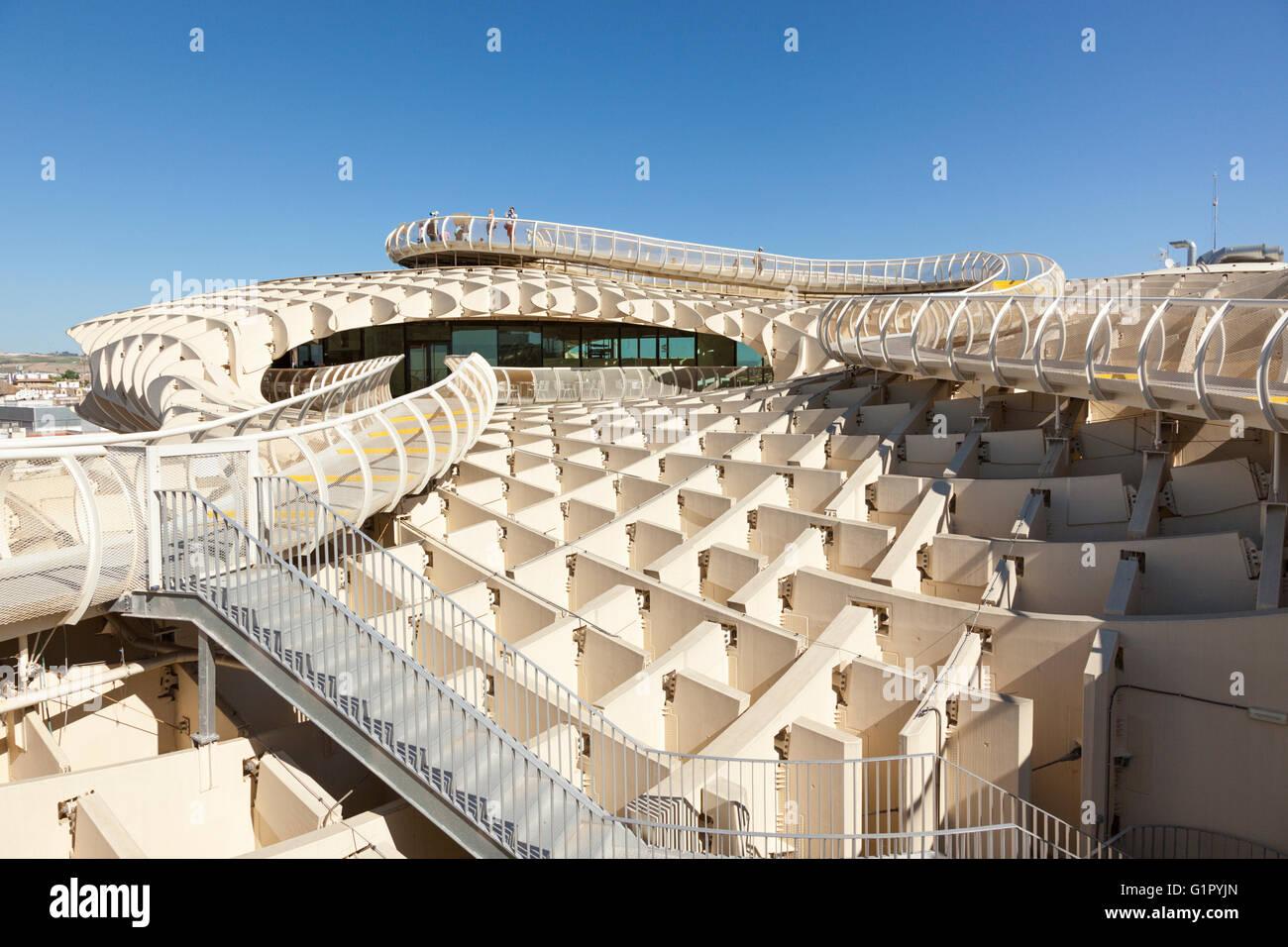 Touristen auf der Suche auf Espacio Metropol Parasol Gebäude, eine hölzerne Struktur, entworfen von dem Stockbild