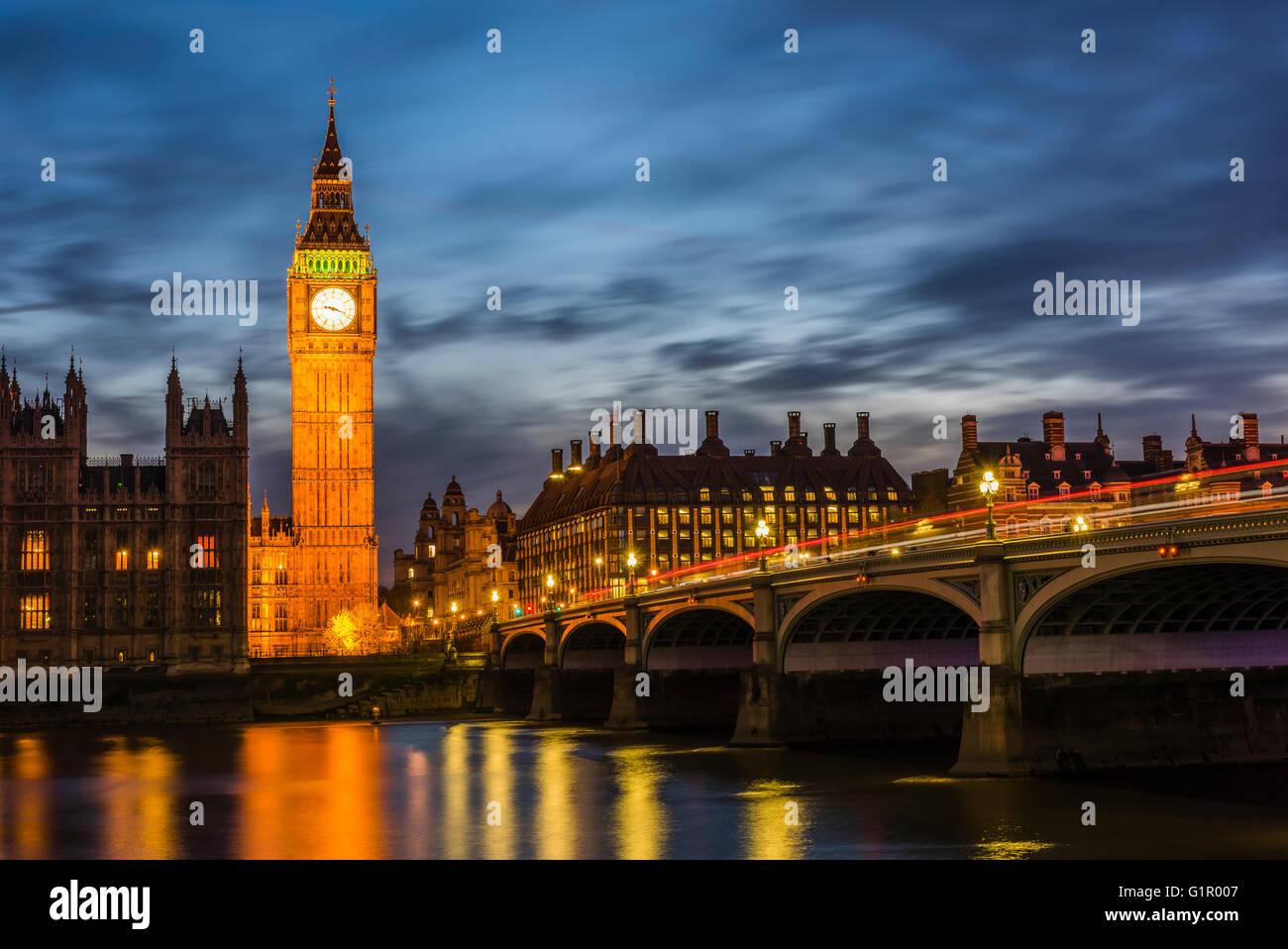 Atemberaubende Lichter rund um Big Ben und Westminster Bridge in der Dämmerung, London, UK. Stockbild