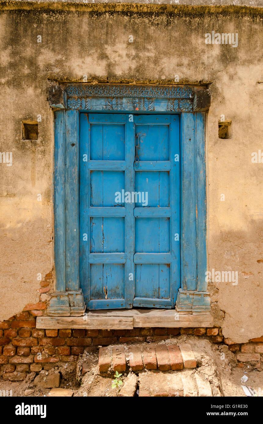 Geschlossene holztür  Eine geschlossene, blaue Farbe Holztür auf eine verwitterte ...
