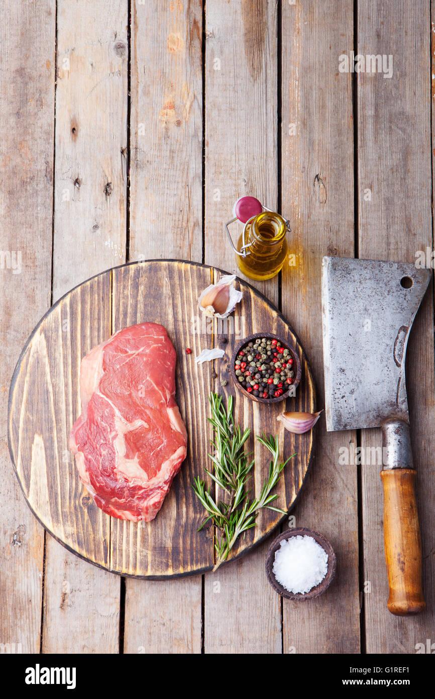 Rohes Frischfleisch Steak mit Salz und Pfeffer, Rosmarin und Tomaten auf Schneidebrett Textfreiraum. Ansicht von Stockbild