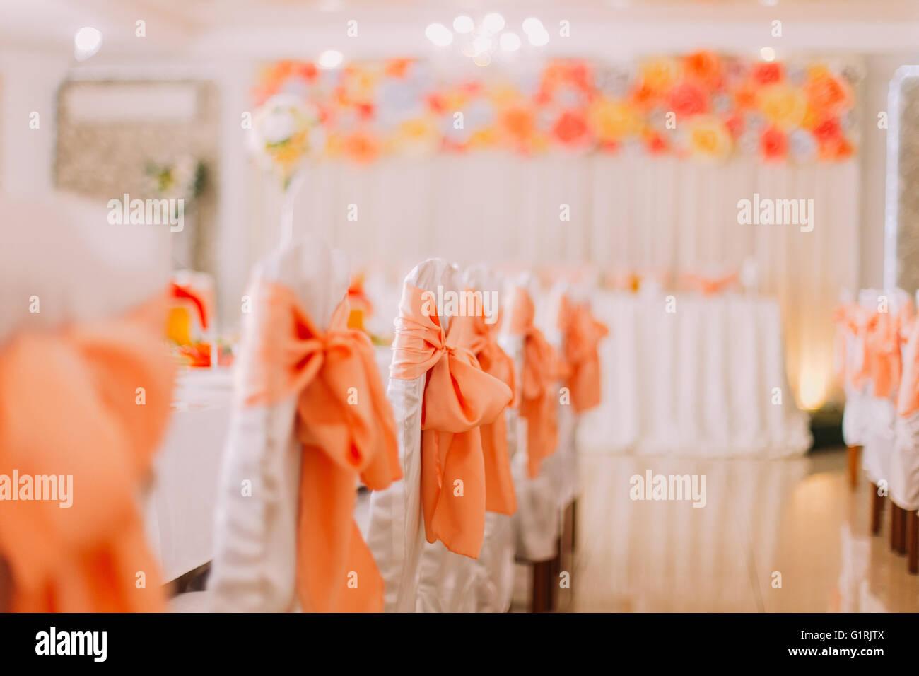 Weisse Stuhle Mit Orange Band Dekoration In Einem Luxus Hochzeit Saal