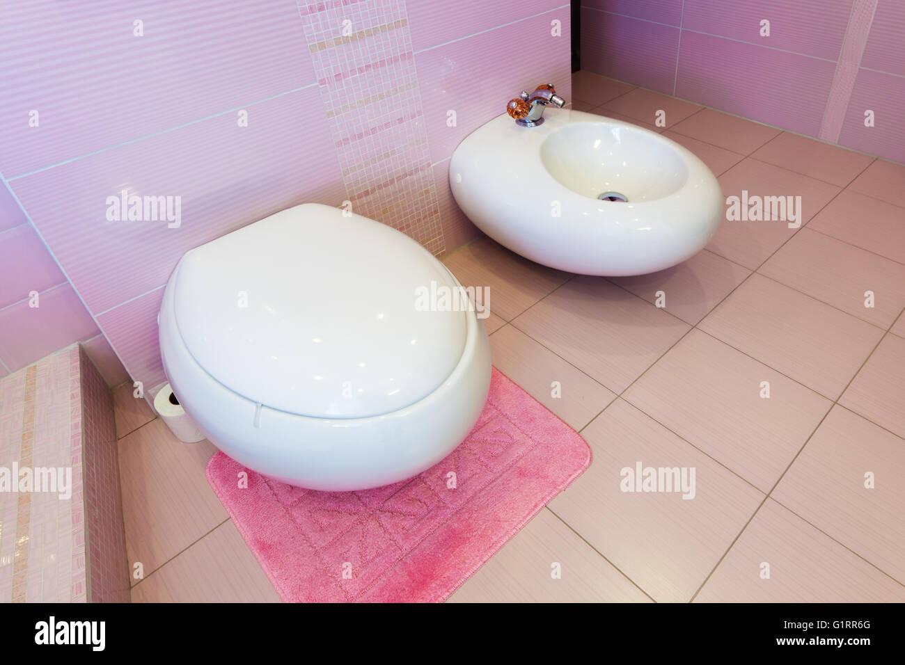 WC und Bidet in einem schönen rosa Badezimmer Stockfoto, Bild ...
