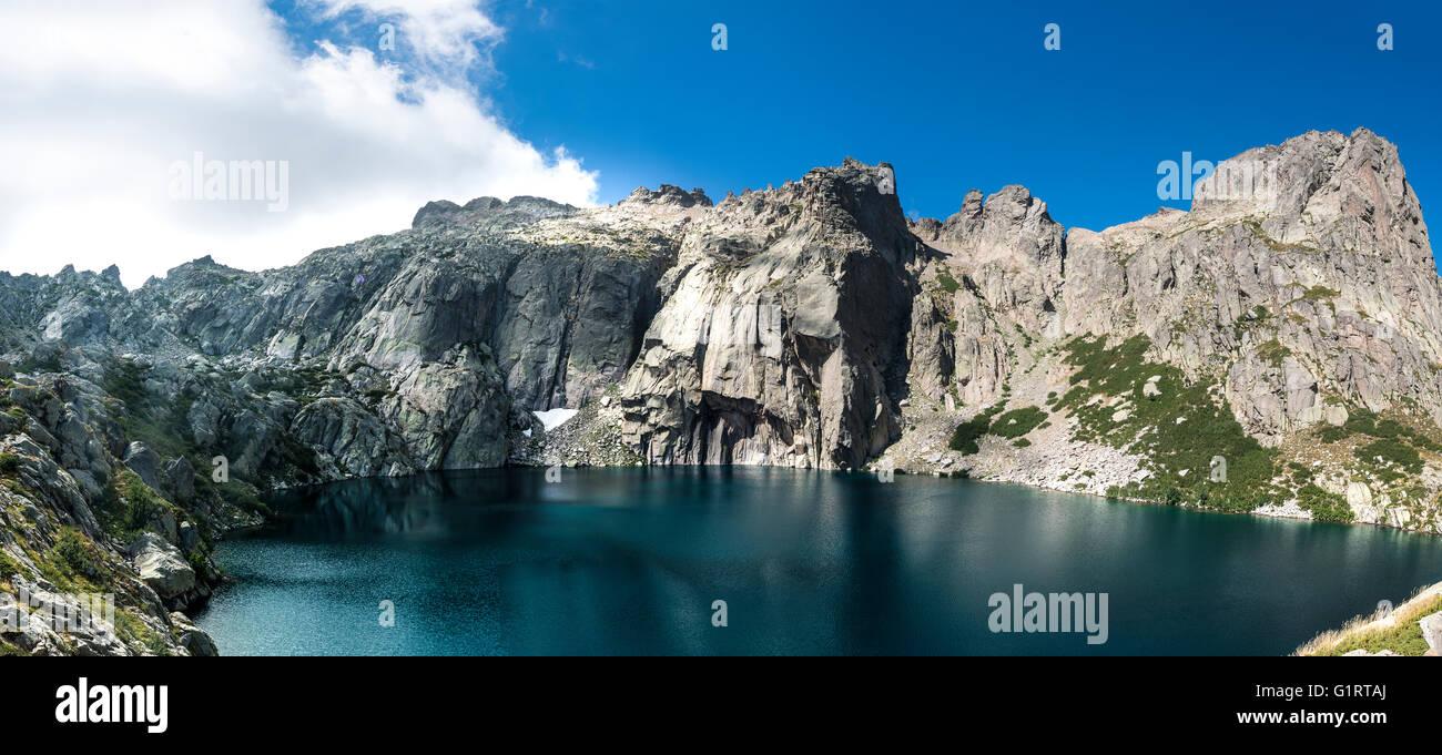 Berg See Lac de Capitello umgeben von steilen Flächen Restonica Hochtal, Corte, Haute-Corse, Korsika, Frankreich Stockbild