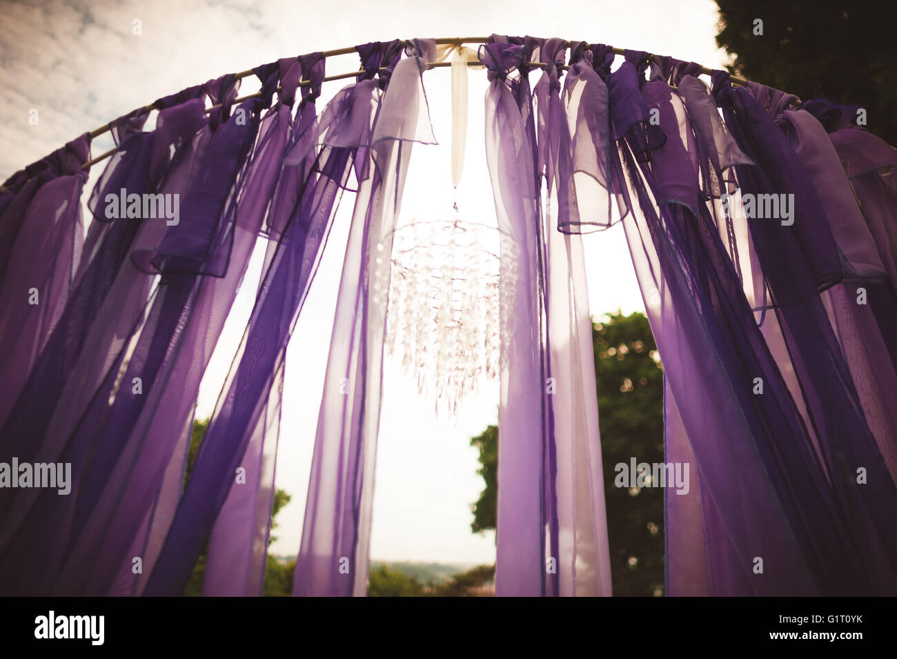 Kronleuchter Lila ~ Hochzeit bogen dekoriert mit lila tuch bändern winken in den wind