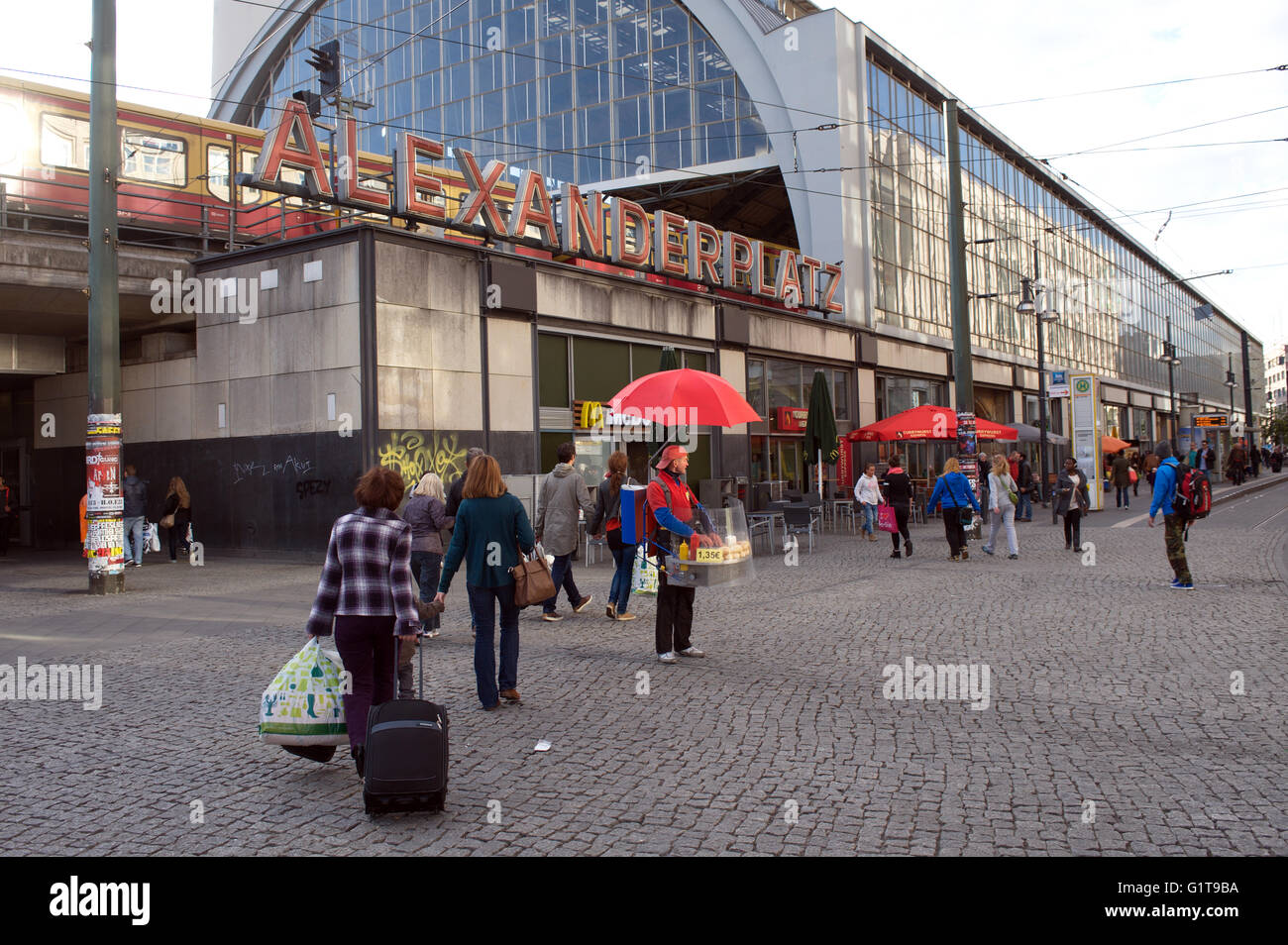 Berlin Alexanderplatz Ist Ein Bahnhof In Der Mitte Berlins Innenstadt Es Ist Eines Der Belebtesten Verkehrsknotenpunkt Stockfotografie Alamy