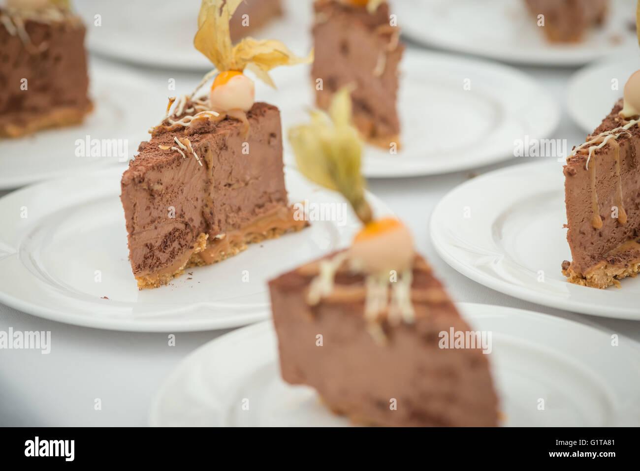 Eine Sammlung von Küchenchef zubereitet Schokoladendesserts, platziert auf einem Tisch, Landschaft-Format-Seitenverhältnis. Stockbild