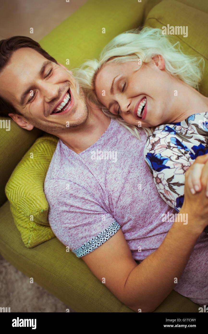 Verlegung auf Sofa mit Augen zärtlich lacht paar geschlossen Stockbild
