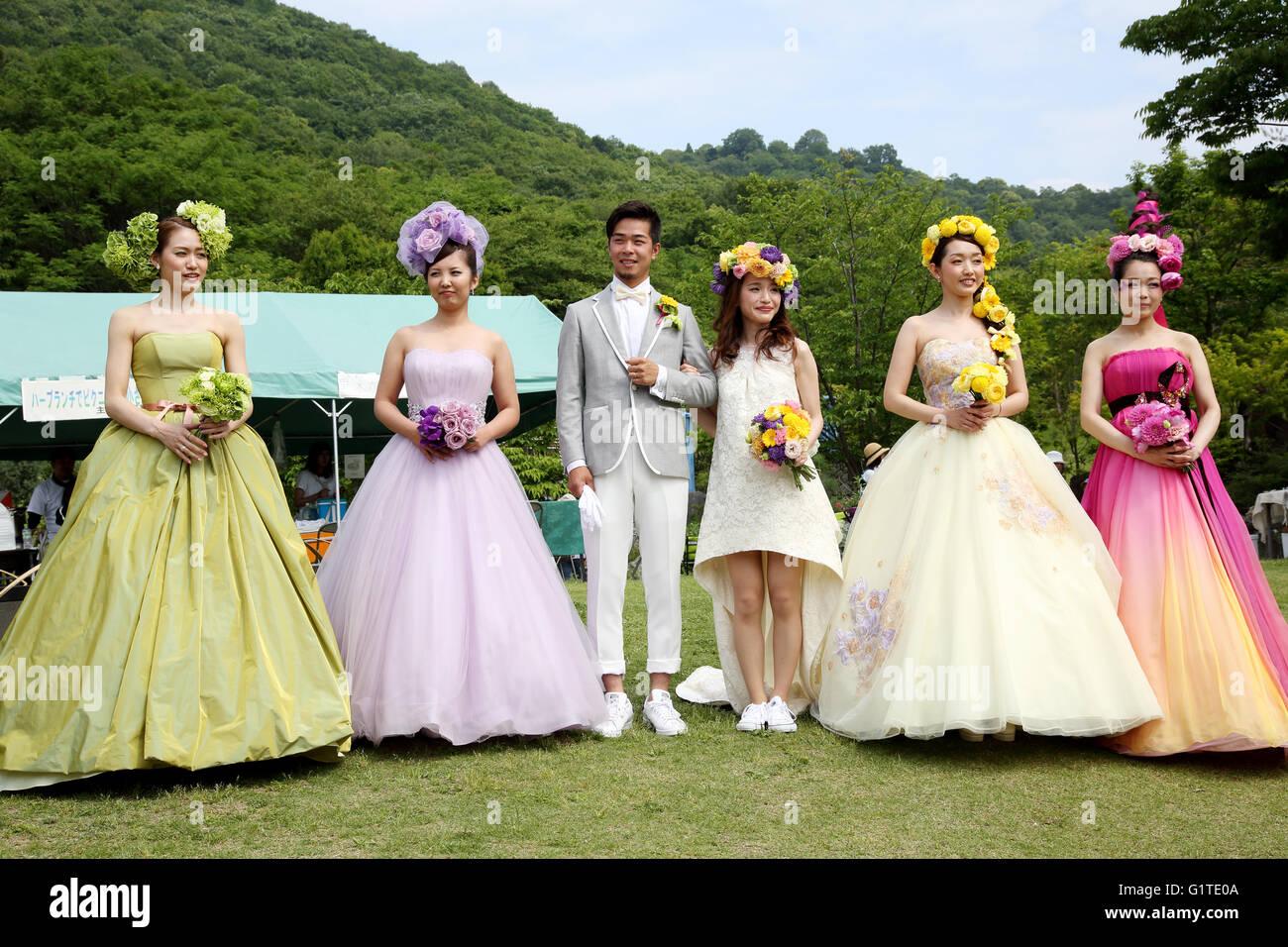 Junge japanische Modelle auftauchen Brautkleid Stockfoto, Bild ...