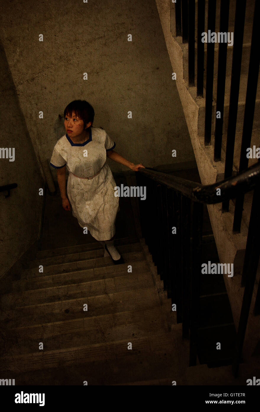 eine Mädchen Klettern Treppe Ruine chinesische Gespenstergeschichte schreckliche Angst Traum Angreifer Mord Stockbild