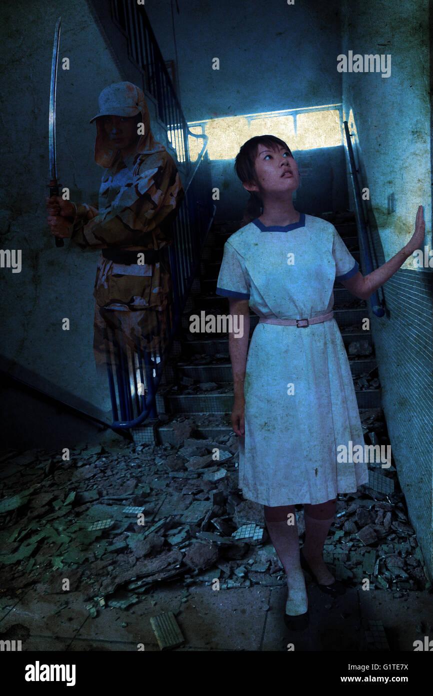 ein Gespenst Soldat hinter ein Mädchen in der Ruine chinesische Gespenstergeschichte schreckliche Narbe Traum Stockbild