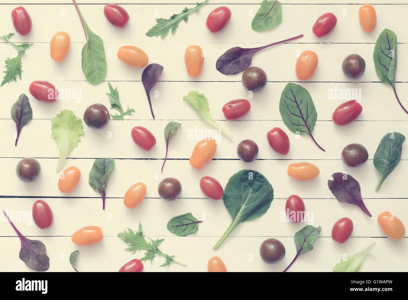 Essen flach zu legen. Muster des frischen Grüns und Gemüse auf weißem Hintergrund aus Holz. Gesunde Stockbild