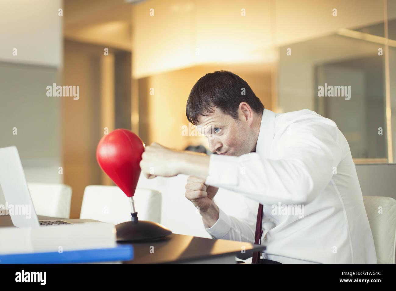 Geschaftsmann Stanzen Spielzeug Boxsack Im Buro Stockfoto Bild