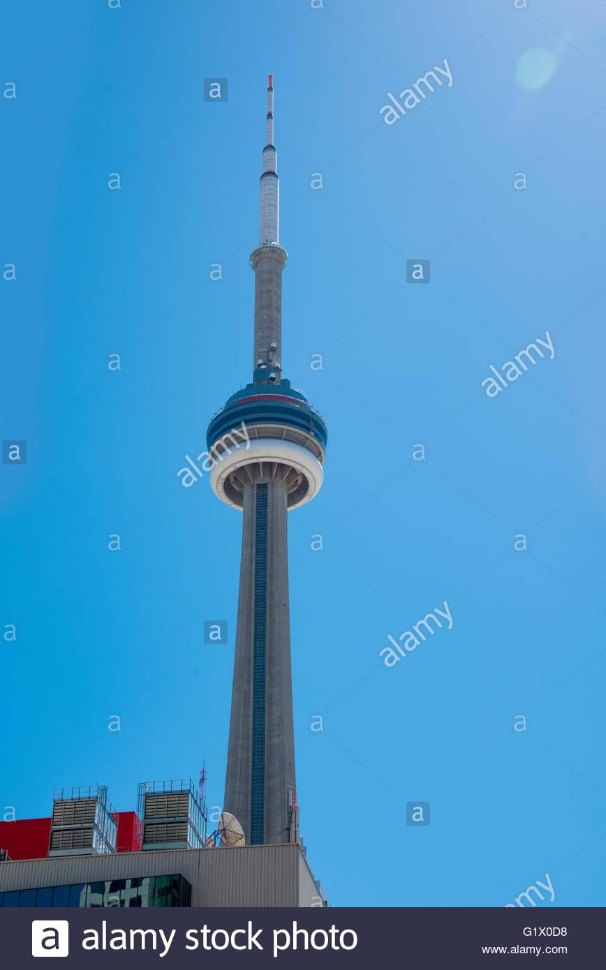 CN Tower am Nachmittag. Der Turm ist ein Symbol der kanadischen Geschichte und ein Wahrzeichen von Einheimischen Stockbild