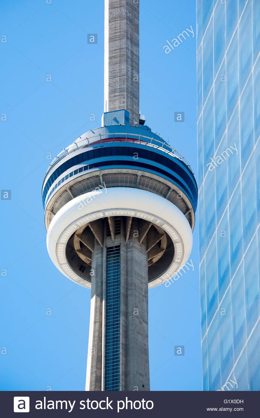 CN Tower Oberteil: CN Tower am Nachmittag. Der Turm ist ein Symbol der kanadischen Geschichte und ein Wahrzeichen Stockbild