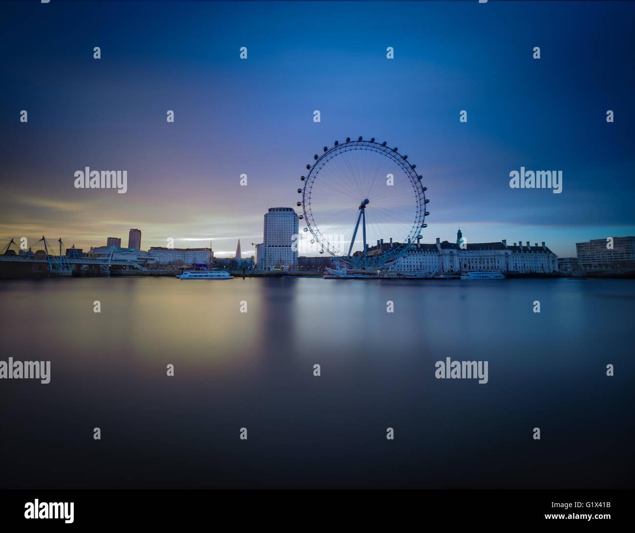 Goldene Stunde lange Exposition des London Eye in der Morgendämmerung. Stockbild