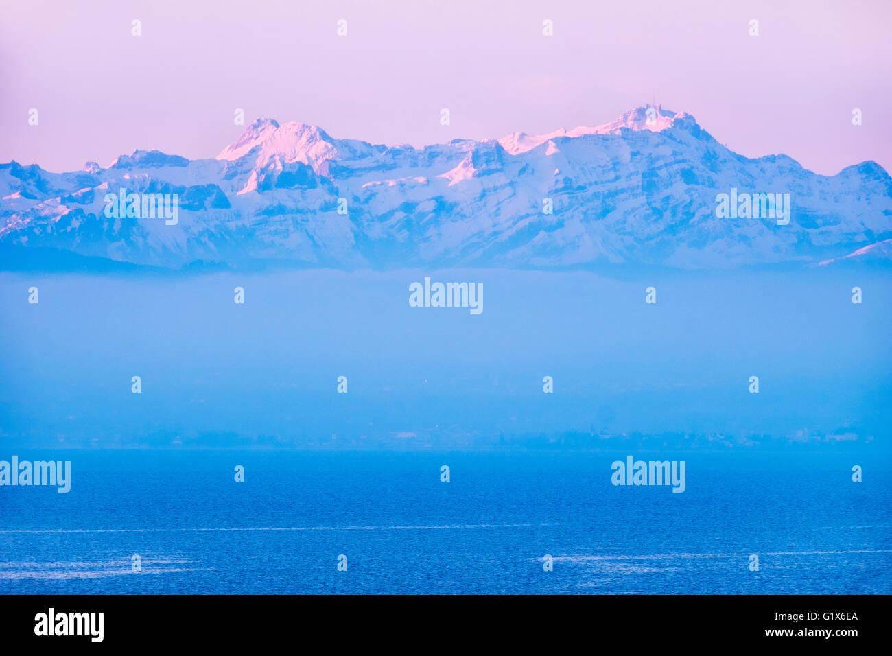 See mit den Bergen Altmann und Säntis in der Schweiz, Morgenlicht, Blick vom Moleturm Friedrichshafen Stockbild