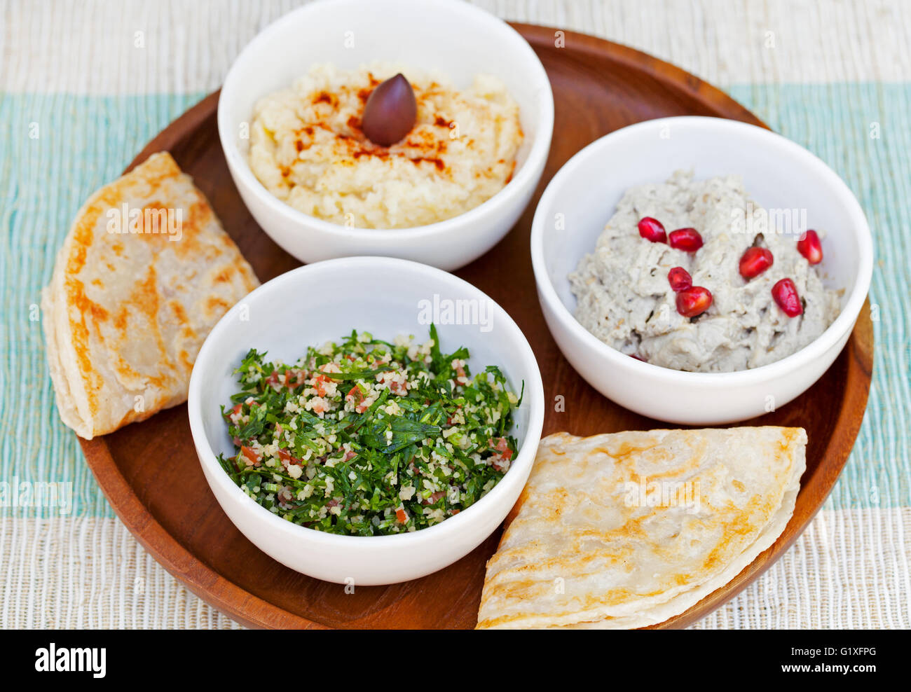 auswahl an dips hummus kichererbsen dip taboul salat baba ganoush und flaches brot. Black Bedroom Furniture Sets. Home Design Ideas