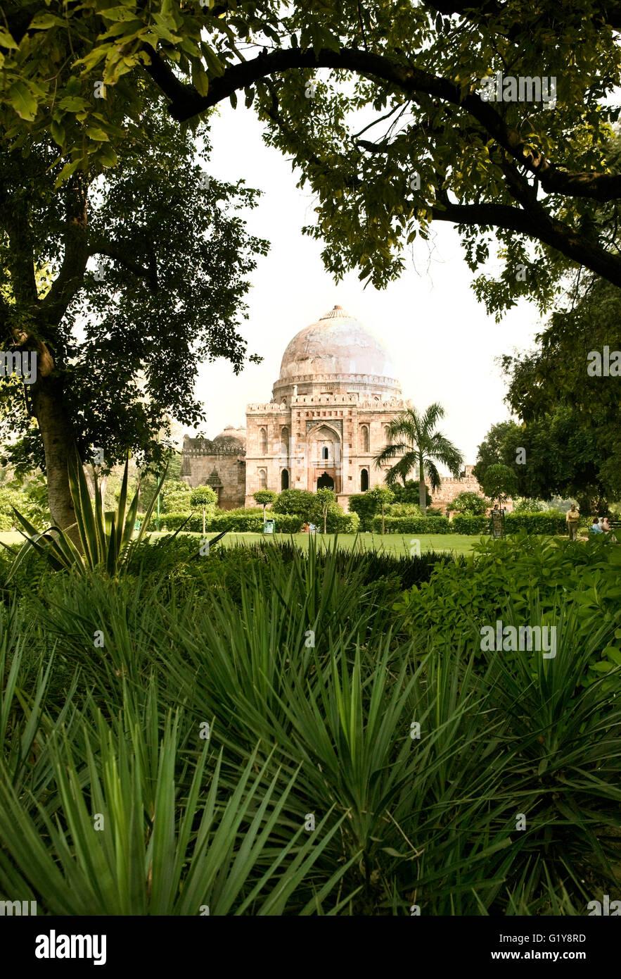Die Bara-Gumbad Grab ist eine der zwei Quadrat-Plan-Gräber in Lodi Gardens, New Delhi, Indien. Stockbild