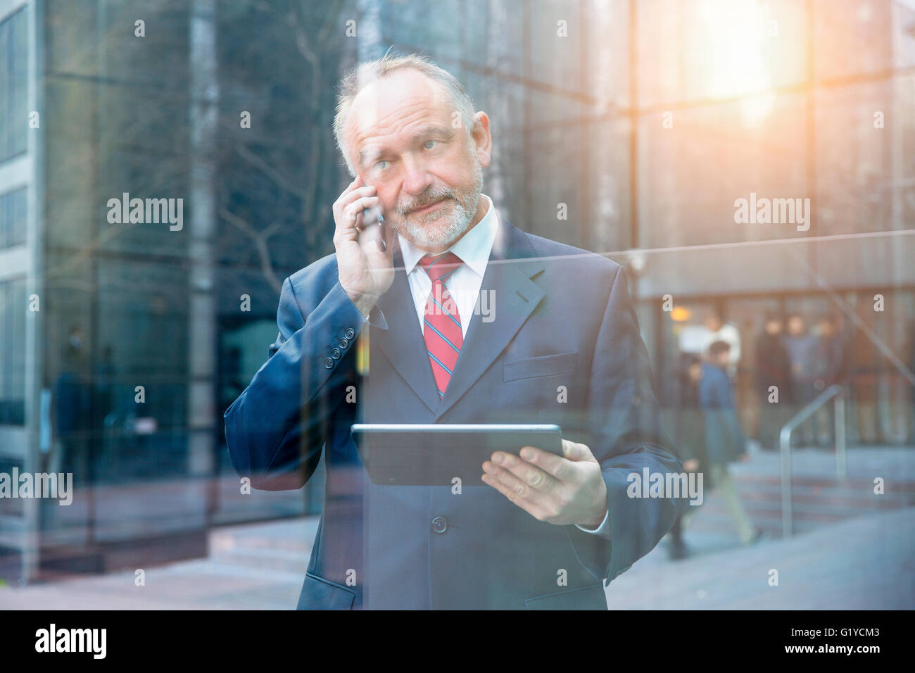 Geschäftsmann, telefonieren mit Handy Stockbild
