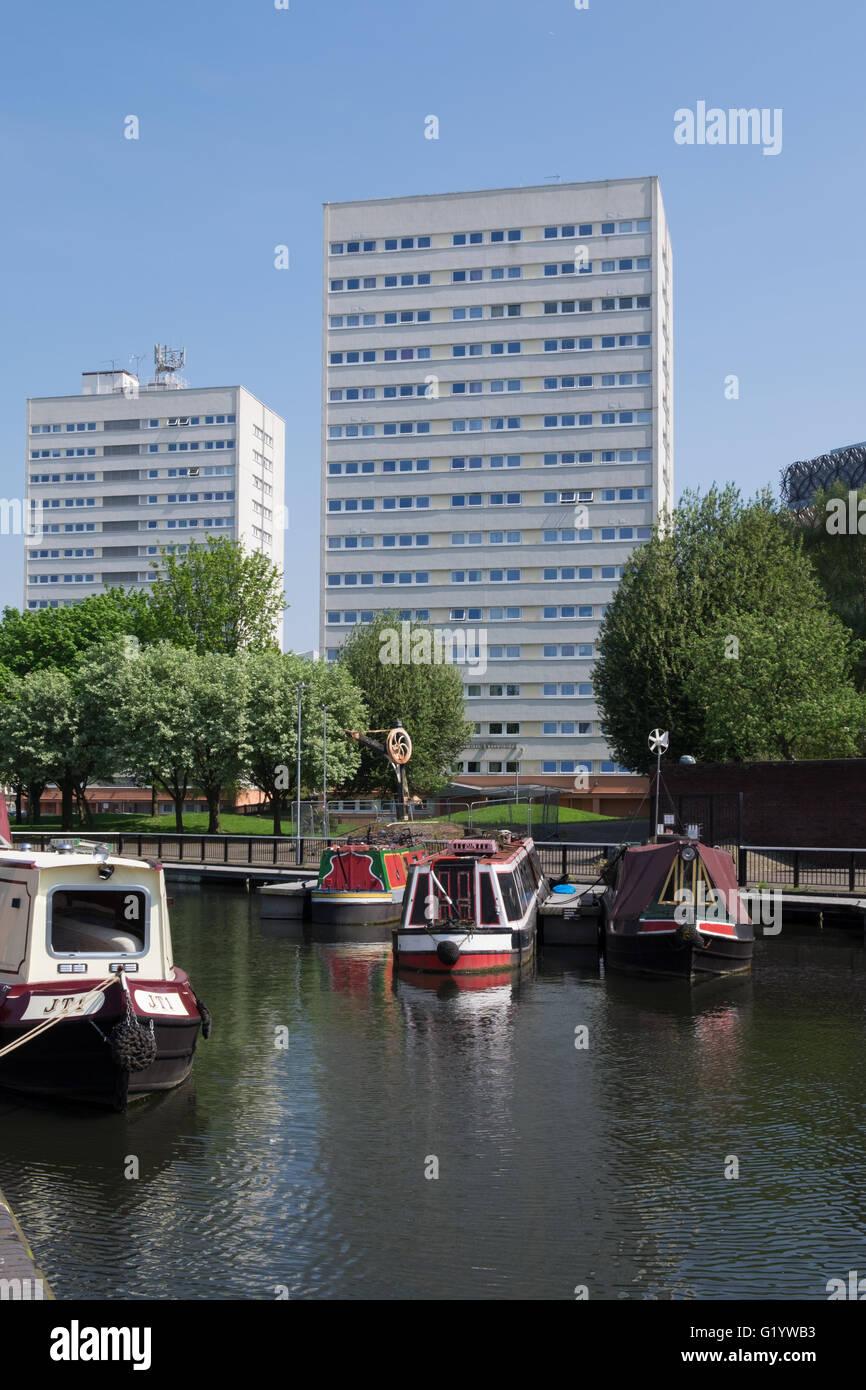 schmale Boote vertäut in einem Kanal-Becken in Birmingham, Großbritannien. Stockbild