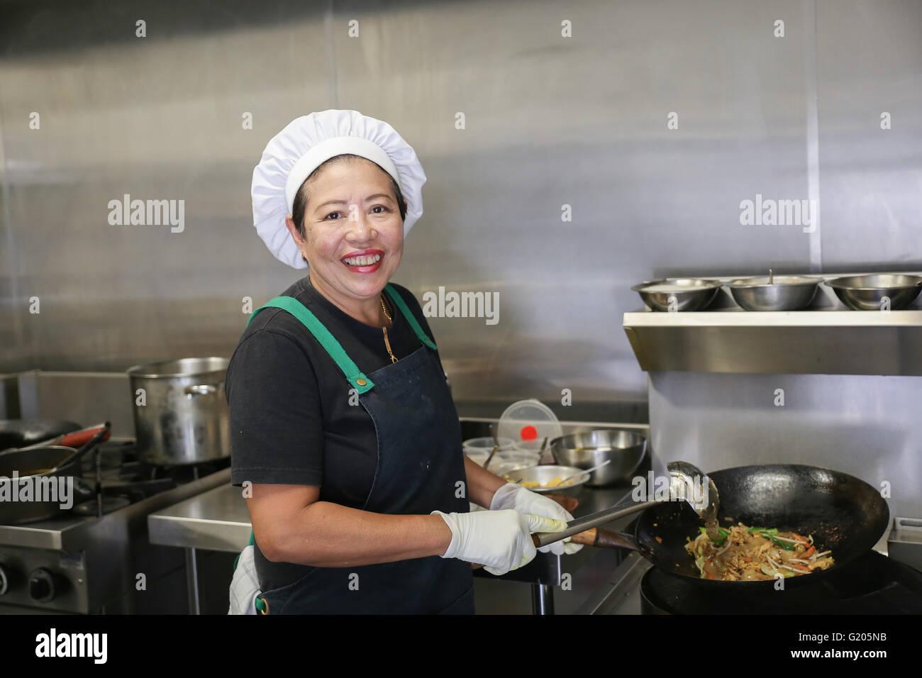 Asiatische Frau Koch in der Küche Stockfoto, Bild: 104496039 - Alamy