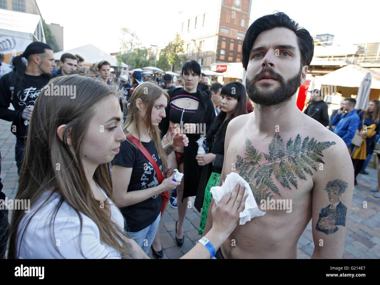 Mann tattoo beim Leistentattoo beim