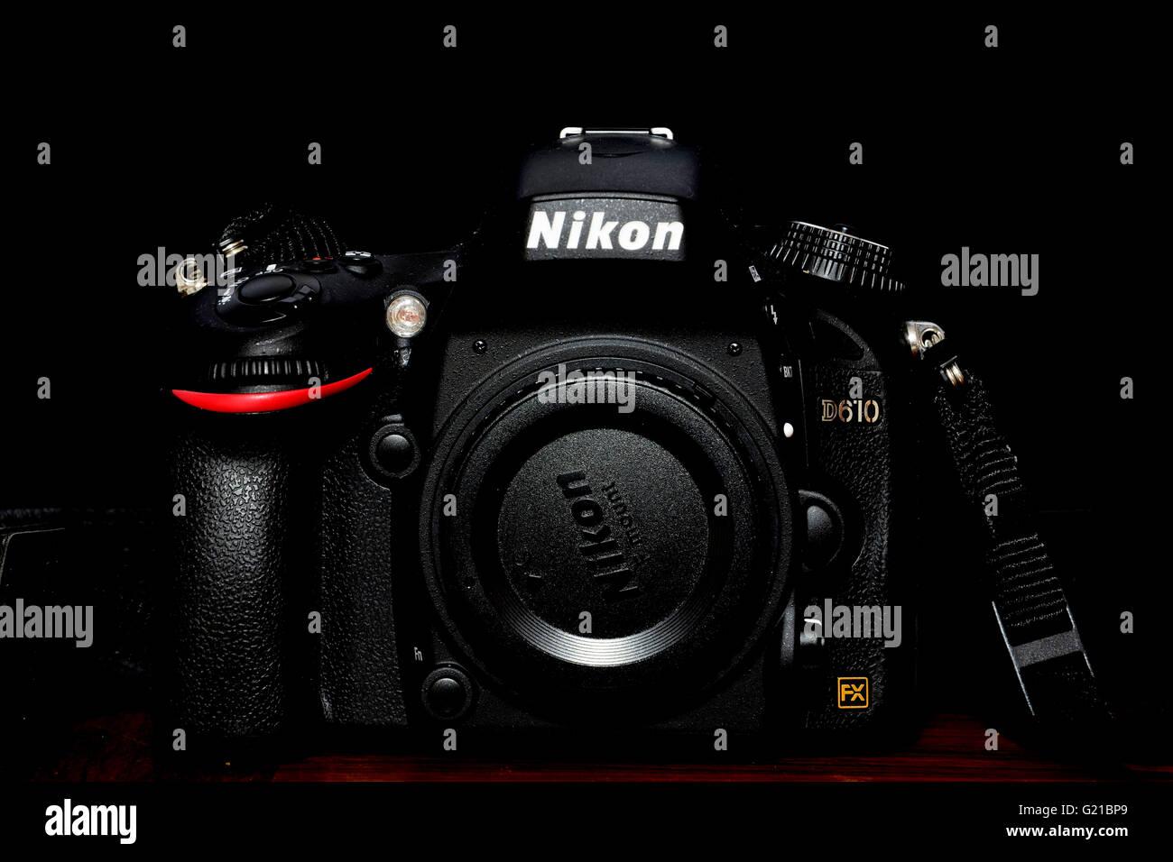 Nikon D610 Vollformat-Kamera in schwarzen Hintergrund Stockfoto ...