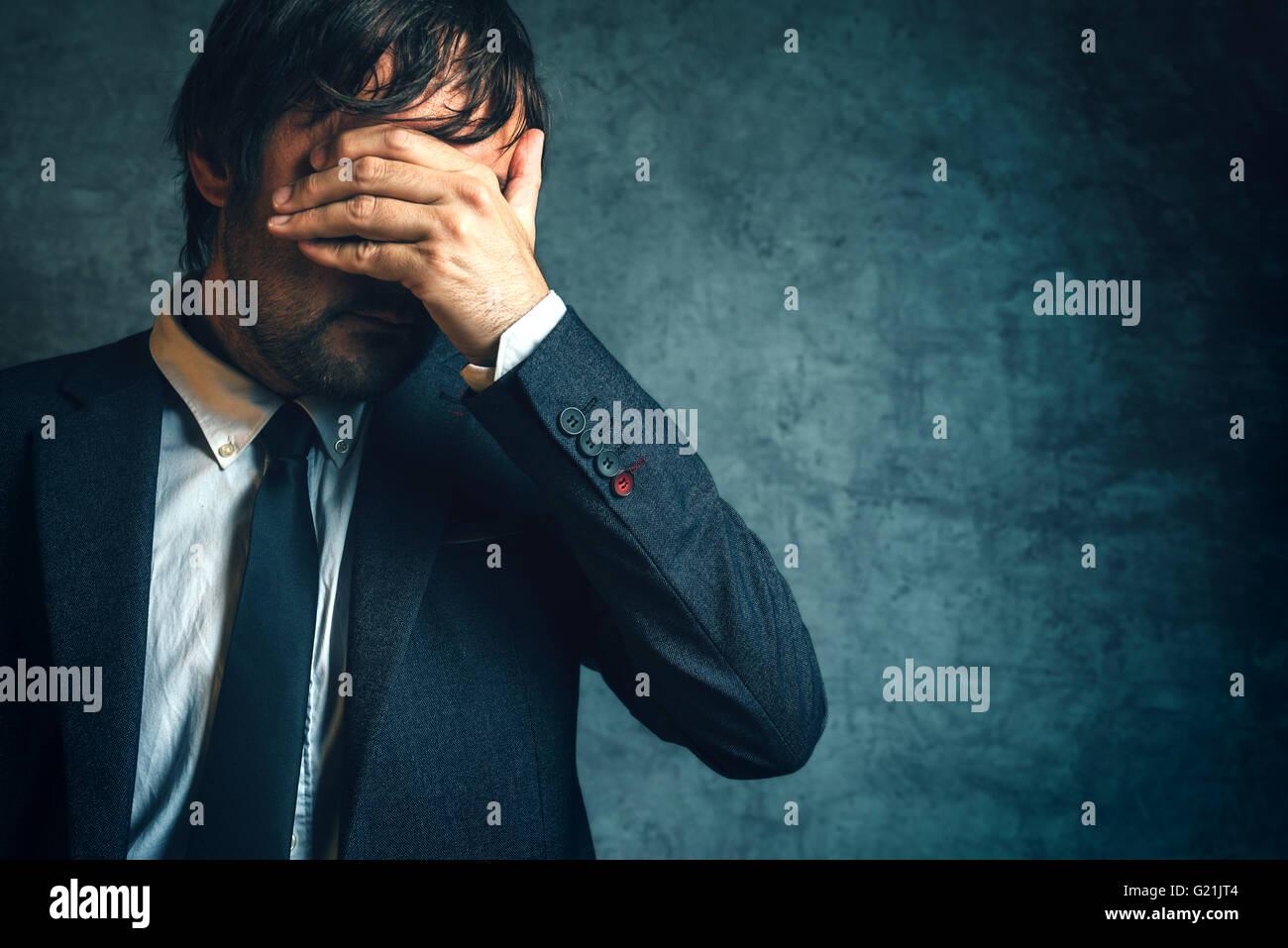 Unglückliche Geschäftsmann unter Stress nach unternehmerisches Projekt scheitern, Hand, die Augen bedecken. Stockbild