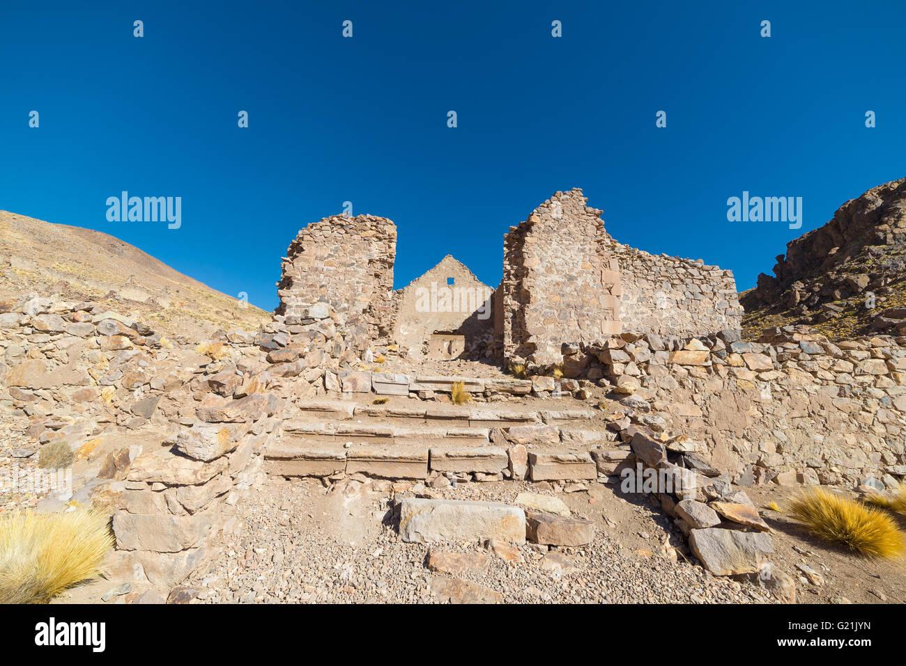 Verlassenen und verfallenen alten kolonialen Dorf und Bergbaustadt im Hochland der Anden auf dem Weg zu den berühmten Stockbild
