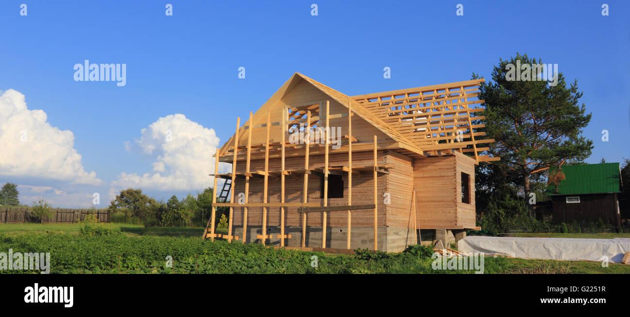 Holz-Haus im Bau mit Dach Rahmen Foto Stockfoto, Bild: 104539395 - Alamy