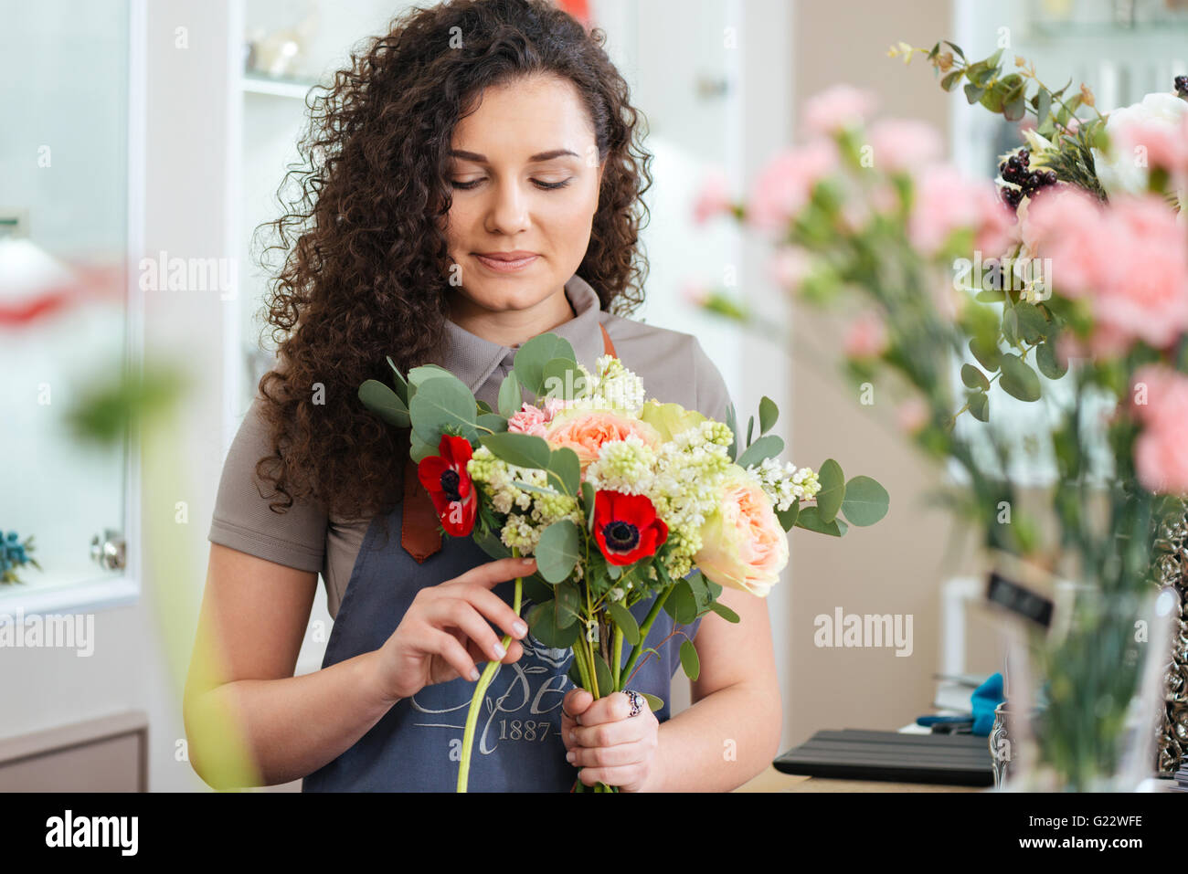 Nachdenklich nette junge Frau Blumengeschäft Blumen halten und Strauß im shop Stockbild