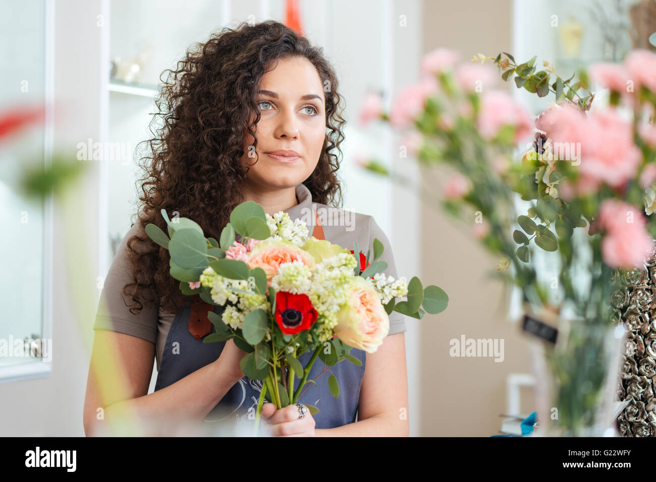 Porträt der schönen jungen Frau Florist im Blumenladen Stockbild