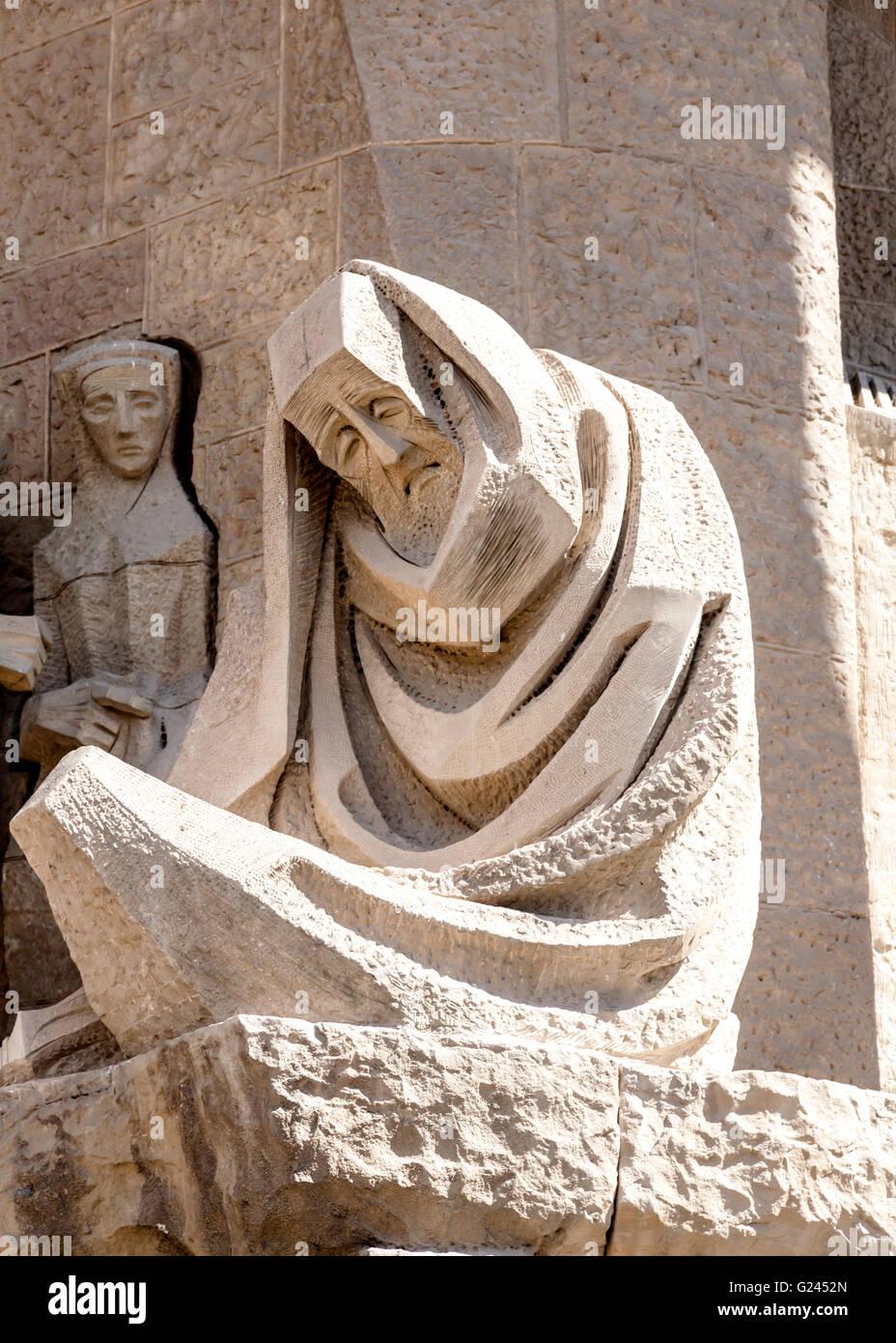Abstrakte Skulptur eines Mannes in einer Robe von Antonio Gaudi, Kathedrale Sagrada Familia, Barcelona, Katalonien, Stockbild