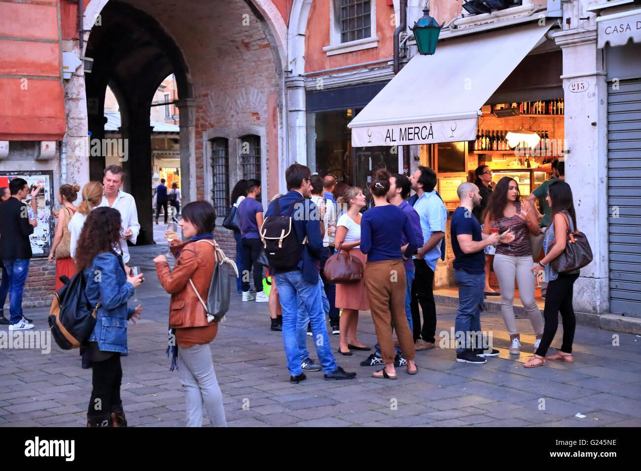 "Cicchetti Wine Bar ""Al Merca"" - Party Nachtleben in Venedig Stockbild"