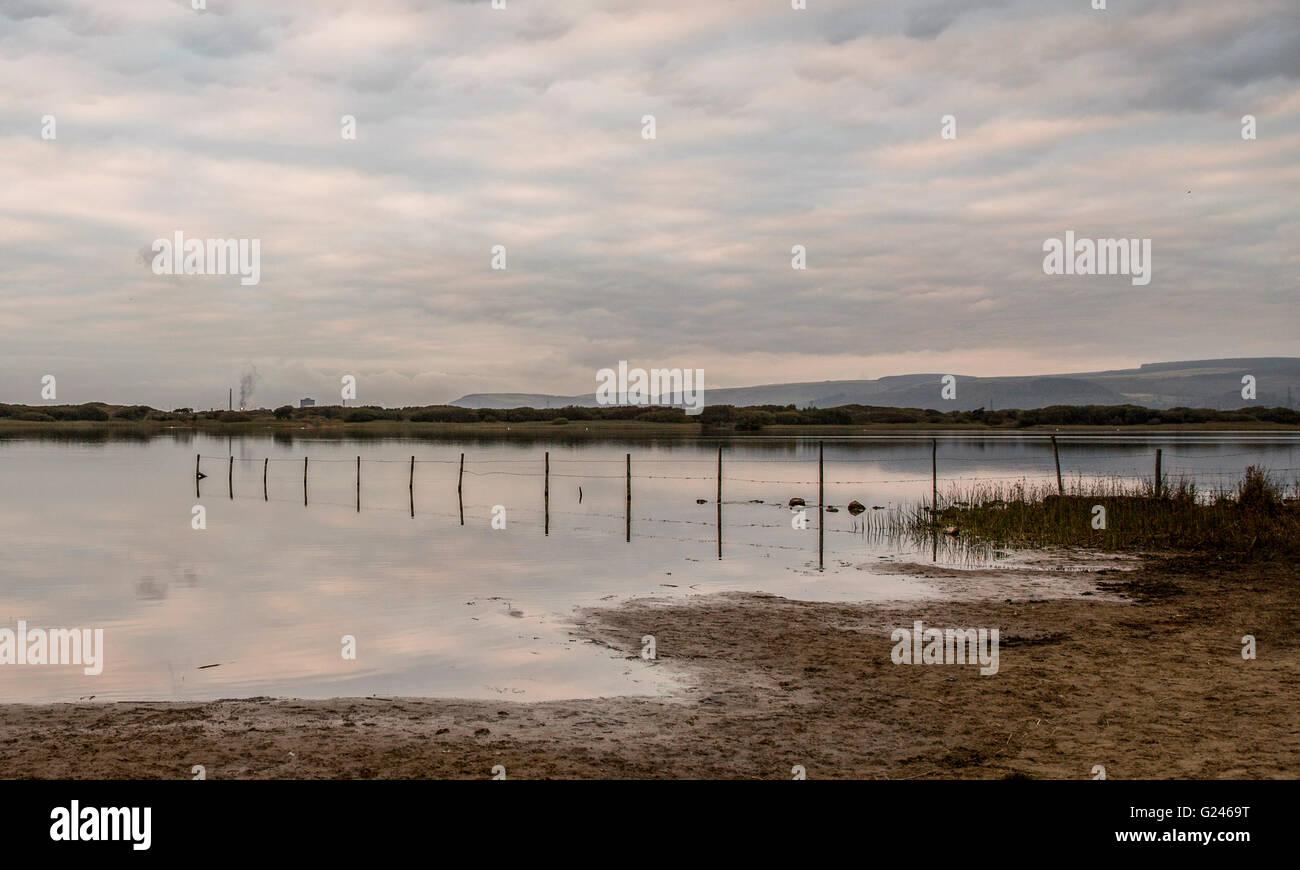 Port Talbot, das Stahlwerk weit abgebildet ist links über Qualitätsorientierung Nature Reserve in Süd-Wales, UK. Stockfoto