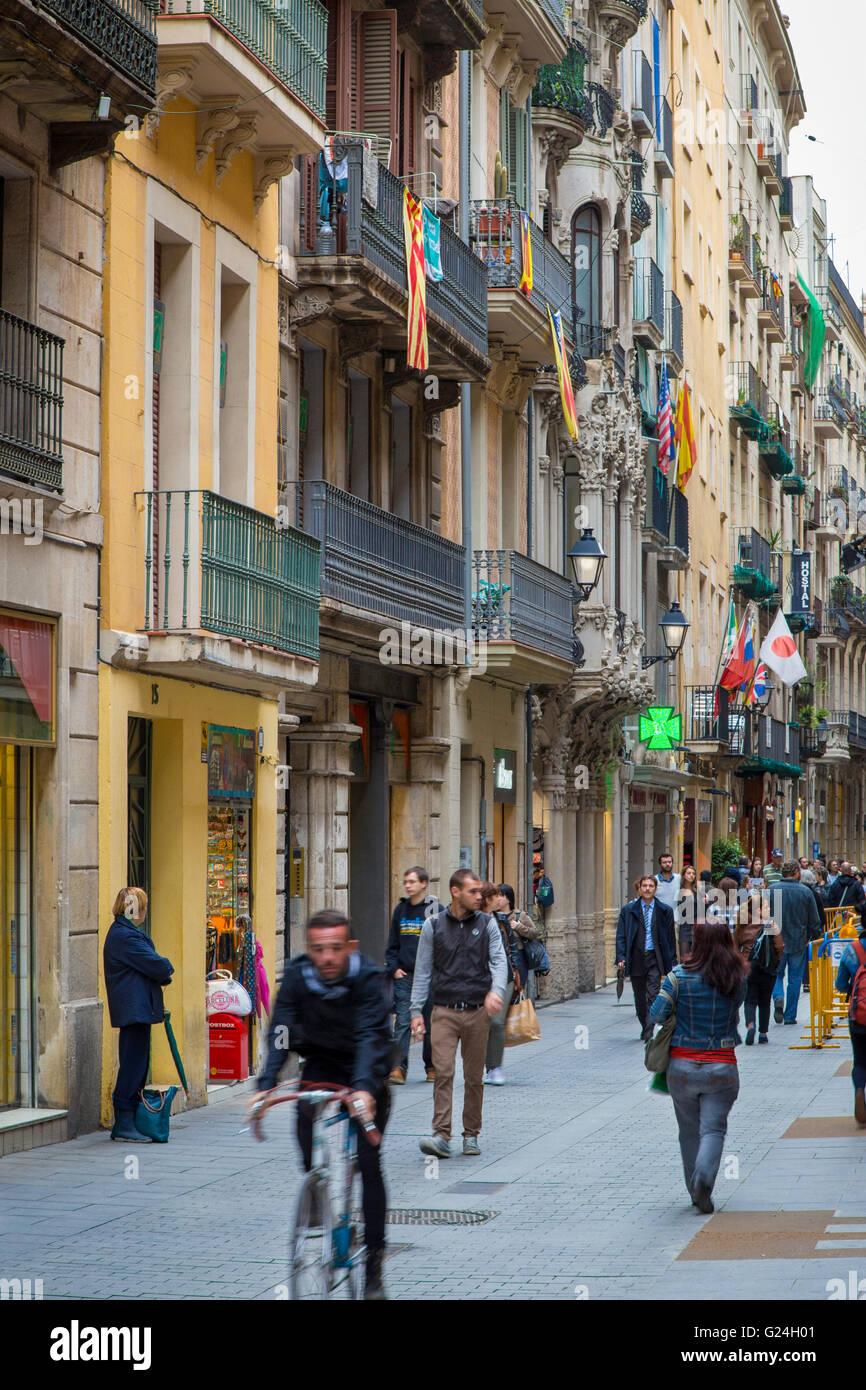 Belebte Einkaufsstraße in der Altstadt von Barcelona, Spanien Stockbild